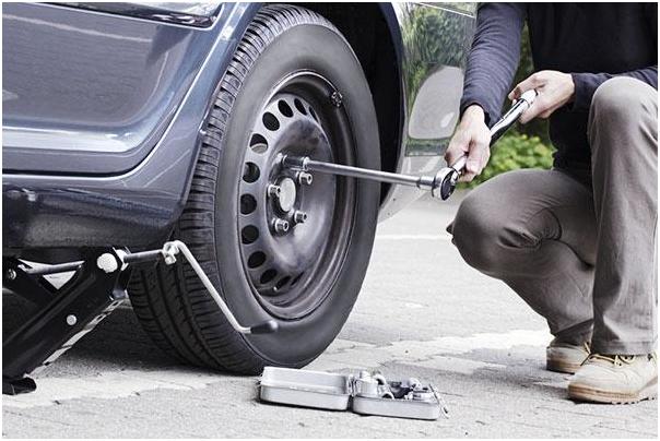 Bỏ túi cách thay lốp xe ô tô như thợ chuyên nghiệp 2