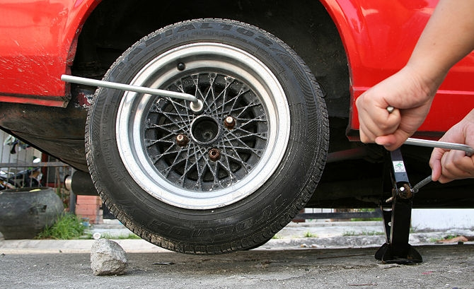 Tự thay bánh sơ cua xe ô tô có đảm bảo không 1